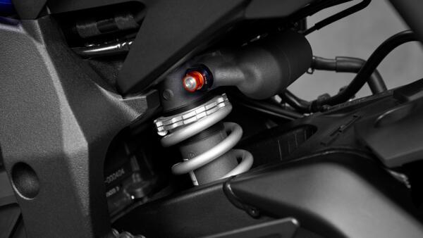 Lo dien Yamaha R1 2022 an theo phong cach cua dan em R7 - 7